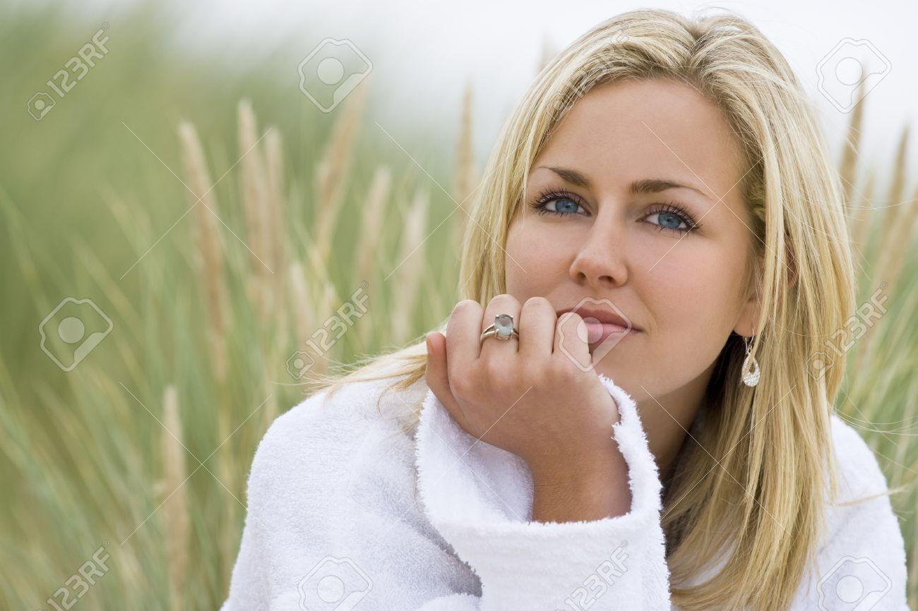 Blaue augen haare frau blonde Haar