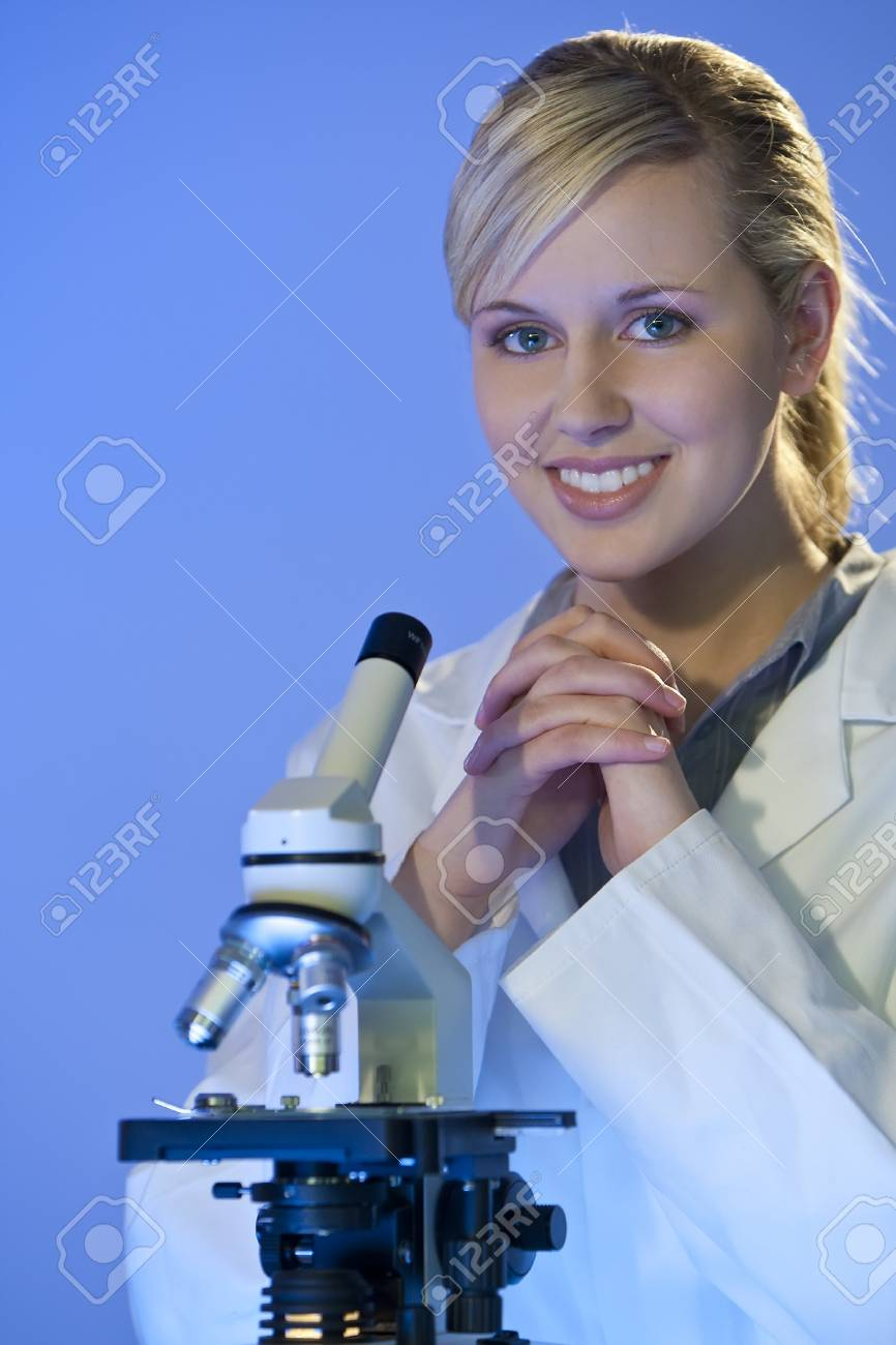 Un hermoso mujeres médicos o científicos investigador utilizando su microscopio. Foto de archivo - 4366895