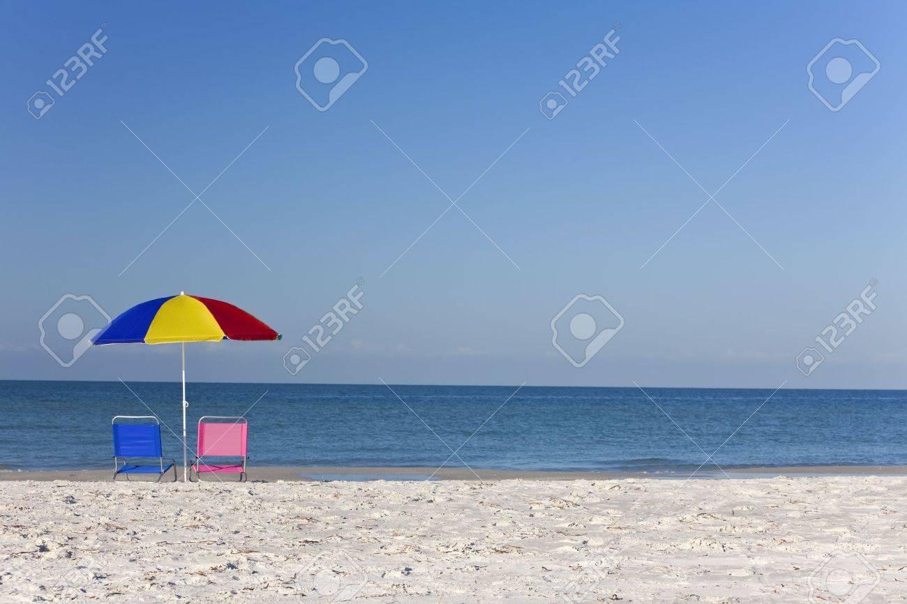 banque dimages chaises longues roses et bleus sur une plage sous un parapluie color ou son parasol - Parapluie Color