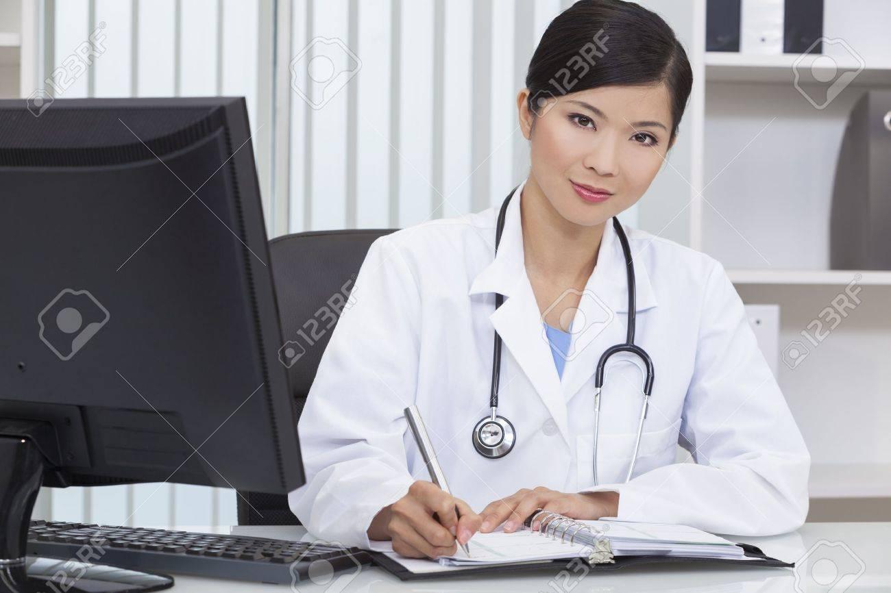 У женщин врачей под халатами 21 фотография