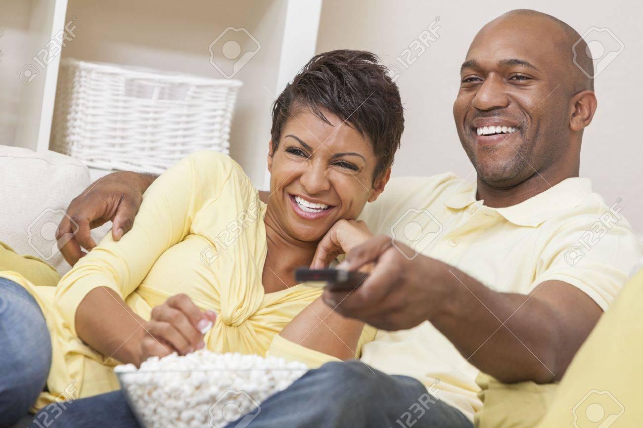 Filme Africano regarding um homem e uma mulher americana africano casal feliz na casa dos