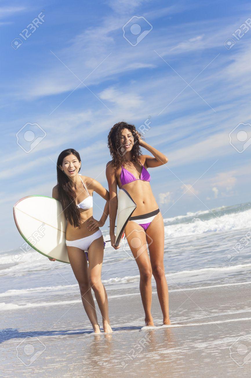 Bikinis Mar En Chicas Una Mujeres Pie Jóvenes Surf Playa De Surfistas El Con Hermosas Riendo Soleada Tablas 43Aj5LcqR