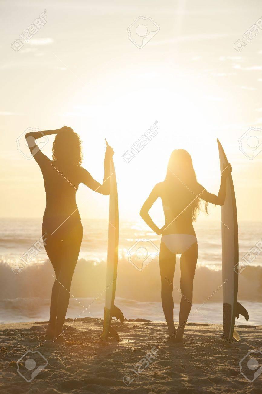 Surf Jóvenes Amanecer Bikinis Tablas Playa Con Mujeres Al Atardecer O Una En De Hermosas Chicas Surfistas tsBCxhQrd