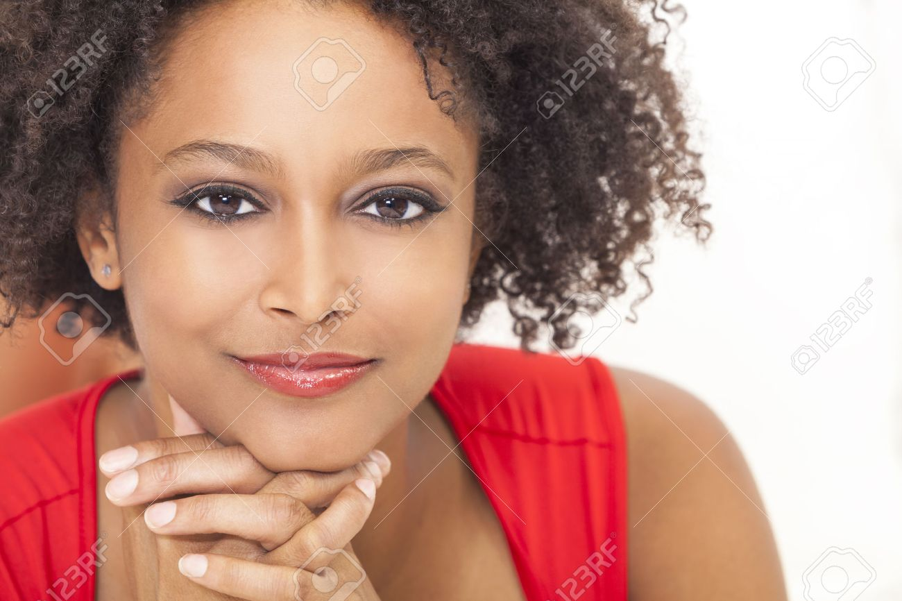 Belle Fille Metisse une belle métisse afro-américaine fille ou jeune femme vêtue d'une