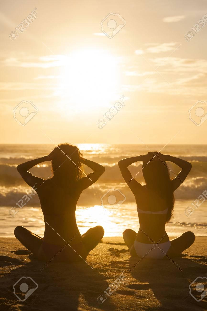 Relajadas Sentada Bikini Atardecer Amanecer Tropical Mujeres Jóvenes O Al Chicas Dos Una Desierta Atractivas En Playa dexCoB