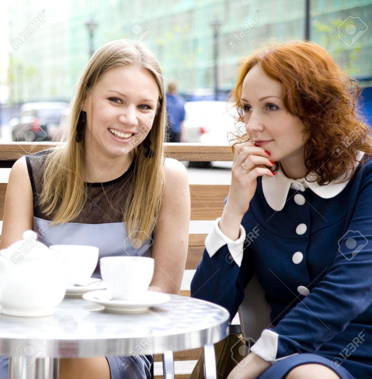 ea938725622b06 Zwei Frauen Kaffee Trinken Auf Der Straße Café Lizenzfreie Fotos ...