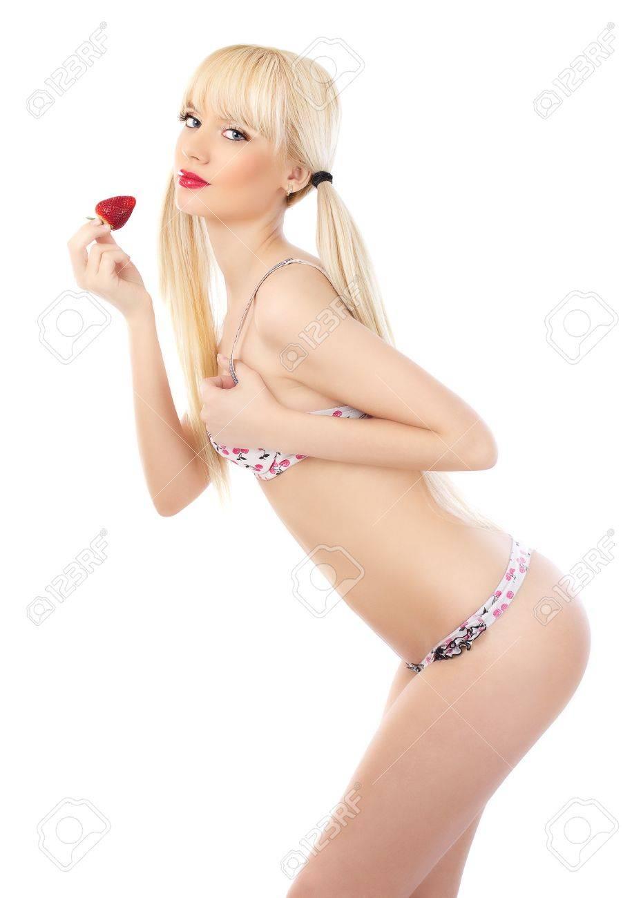 6bae0eebb999 Foto de archivo - Mujer rubia en ropa interior atractiva la celebración de  la fresa en el fondo blanco