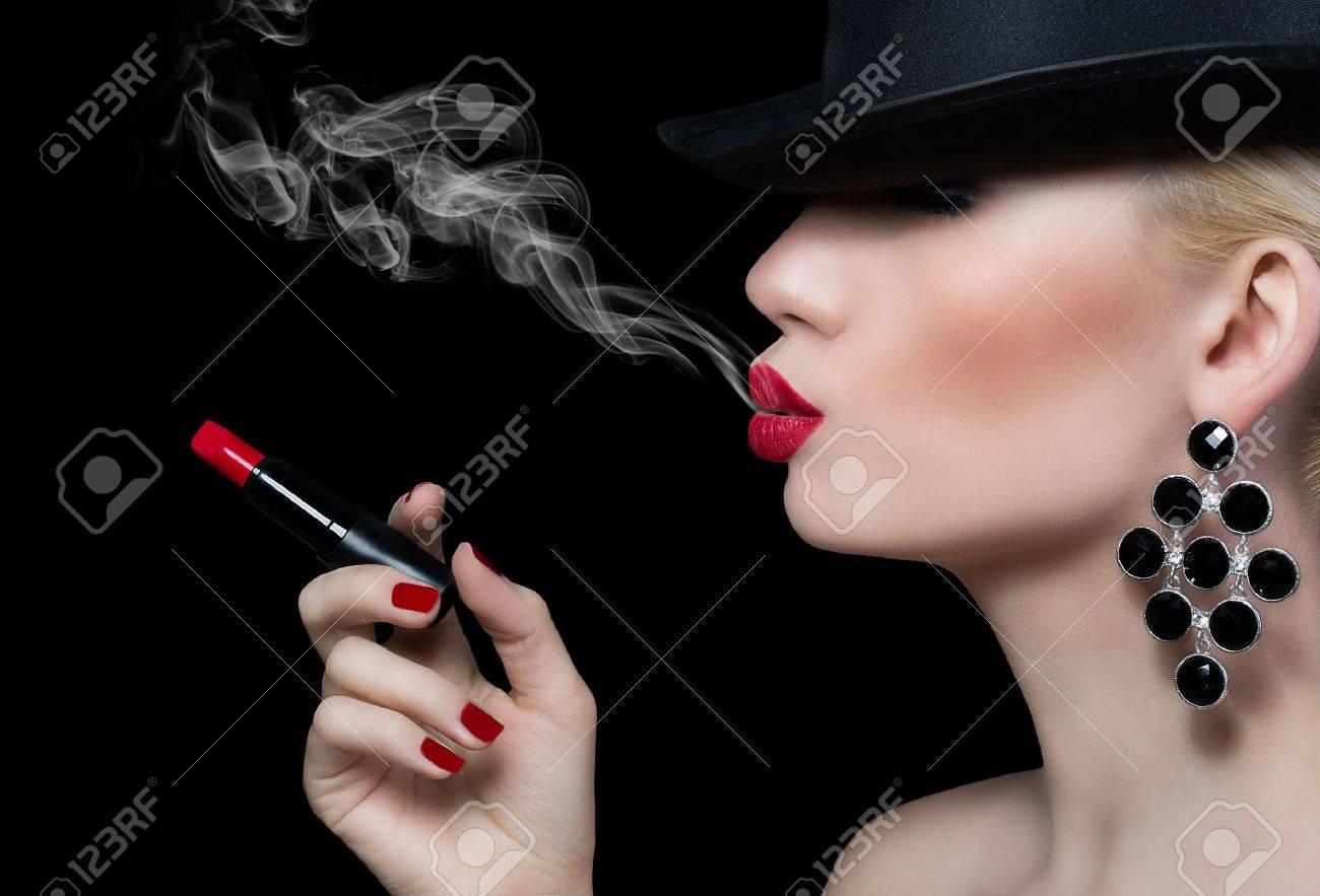 Фото девушка с сигаретой и дымом