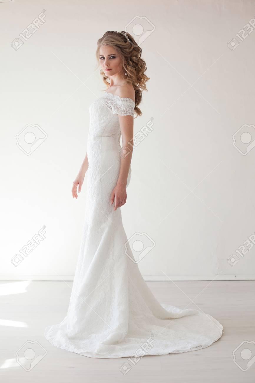 Schöne Braut Posiert Hochzeit Frisur Und Kleid Lizenzfreie Fotos ...