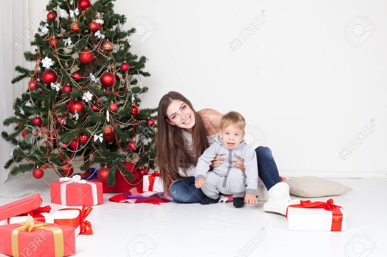 Mutter Und Sohn öffnen Geschenke An Weihnachten Und Neujahr ...