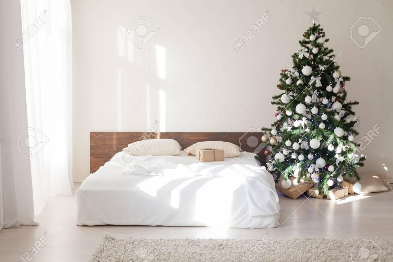 Chambre à coucher avec Noël Nouvel an arbre décoration lit