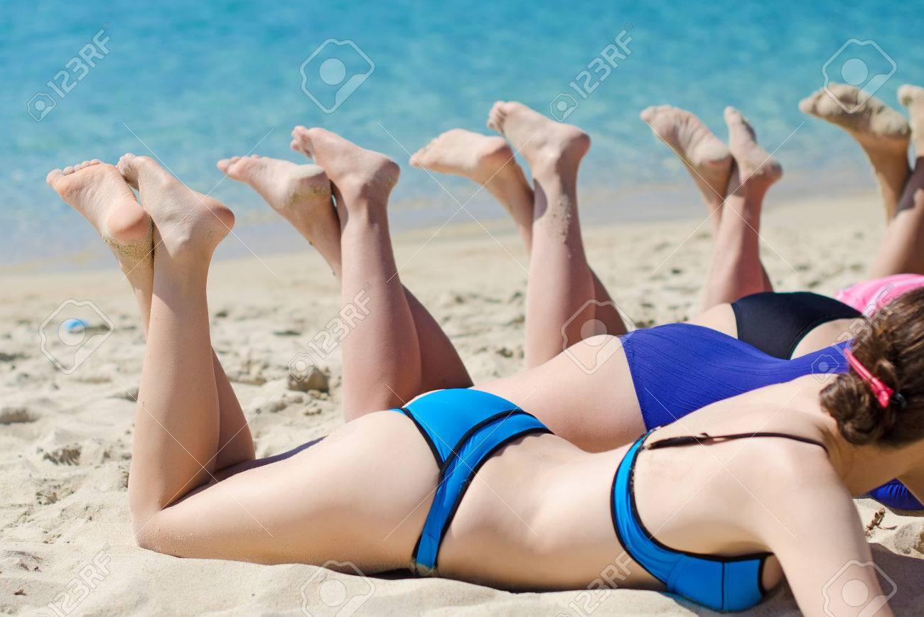 MI BLOC, QUE NO BLOG - Página 2 27330429-Empresa-de-chicas-tomando-el-sol-en-la-playa-Foto-de-archivo
