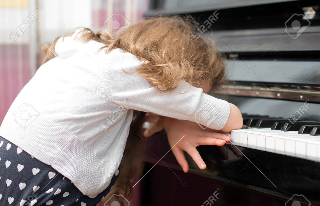 Child tired of learning the piano. - 39411419