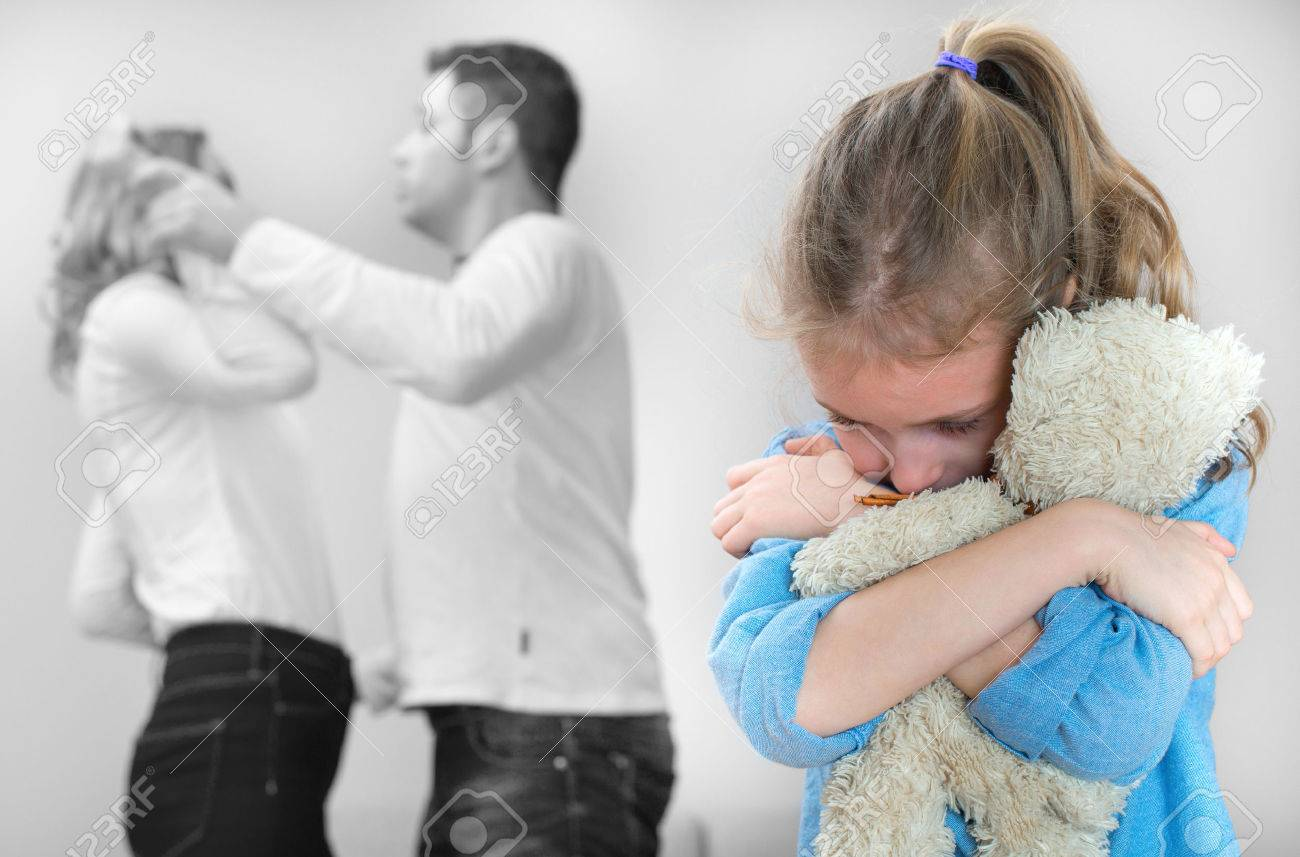 Parents quarreling at home, child is suffering. - 50404463