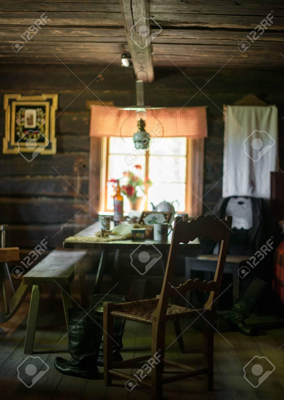 Intérieur de la chambre ancienne avec fenêtre et meubles.