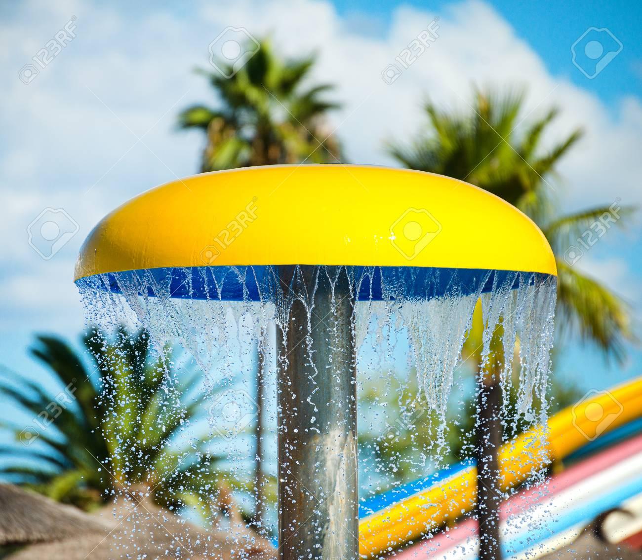 Champignon Decoratif Avec Douche Dans Le Parc Aquatique Banque D