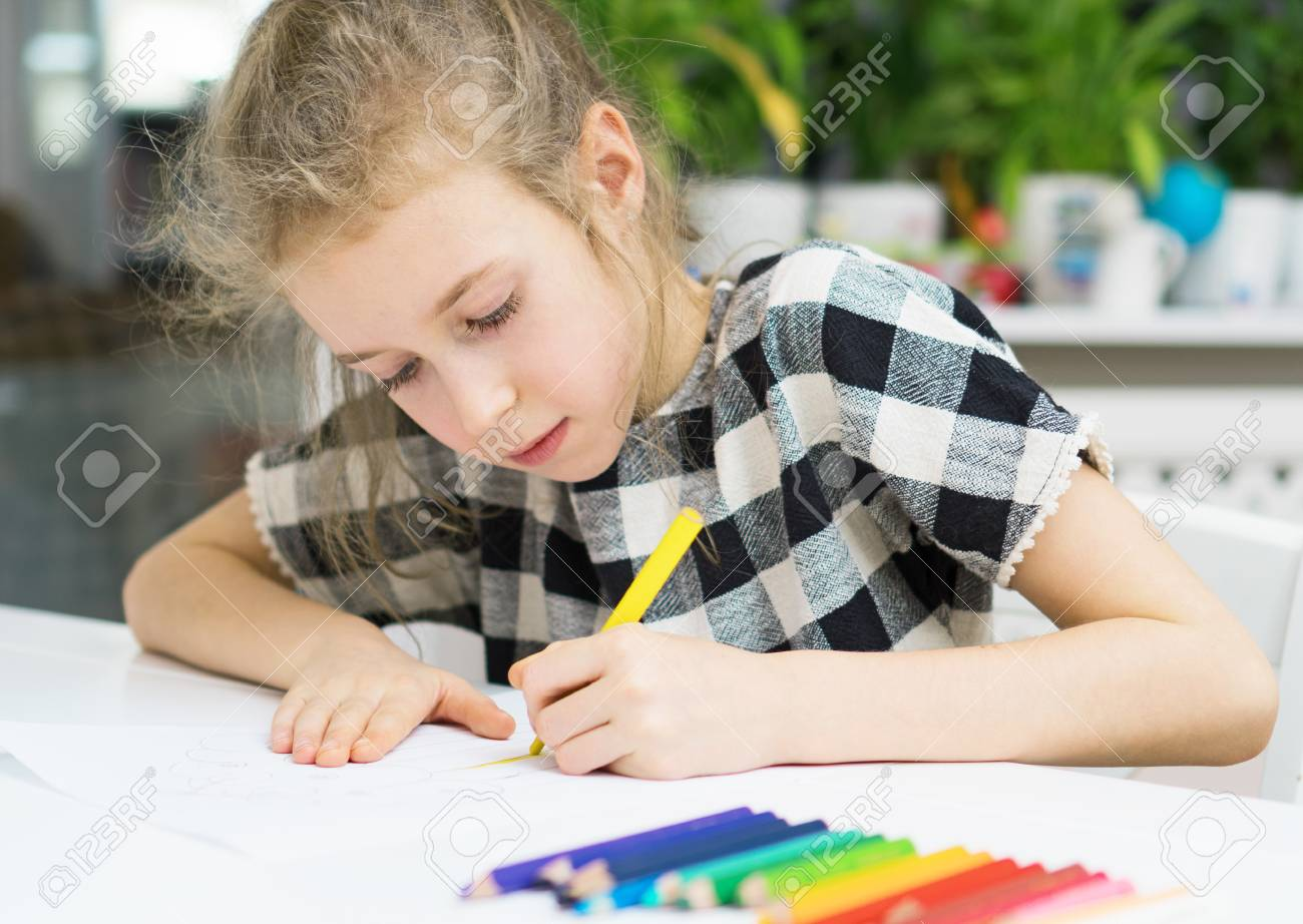 Little girl drawing with pencil at home. - 91000170