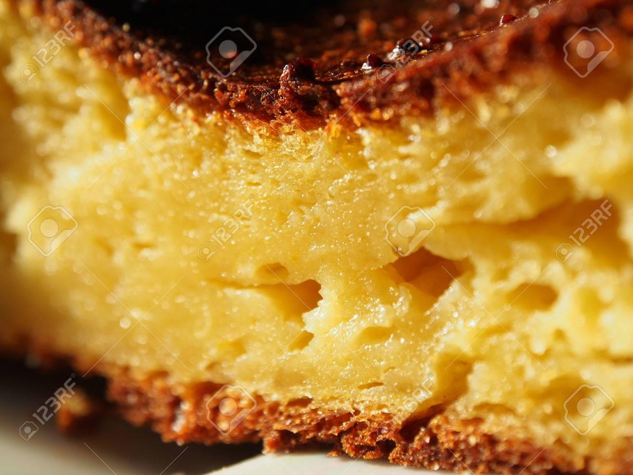 Vue De Côté Dun Délicieux Gâteau Au Citron Maison Cuit Dans Un Four Traditionnel Faible Profondeur De Champ