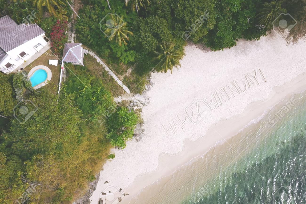 Antenne Big Sign Joyeux Anniversaire Sur La Plage De Sable Par La Mer Dandaman à Phuket En Thaïlande