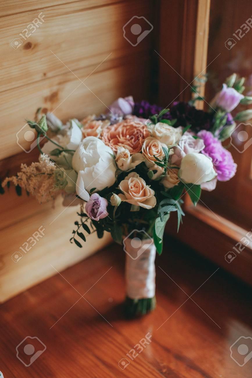 Schoner Hochzeitsstrauss Aus Verschiedenen Blumen Auf Der Fensterbank