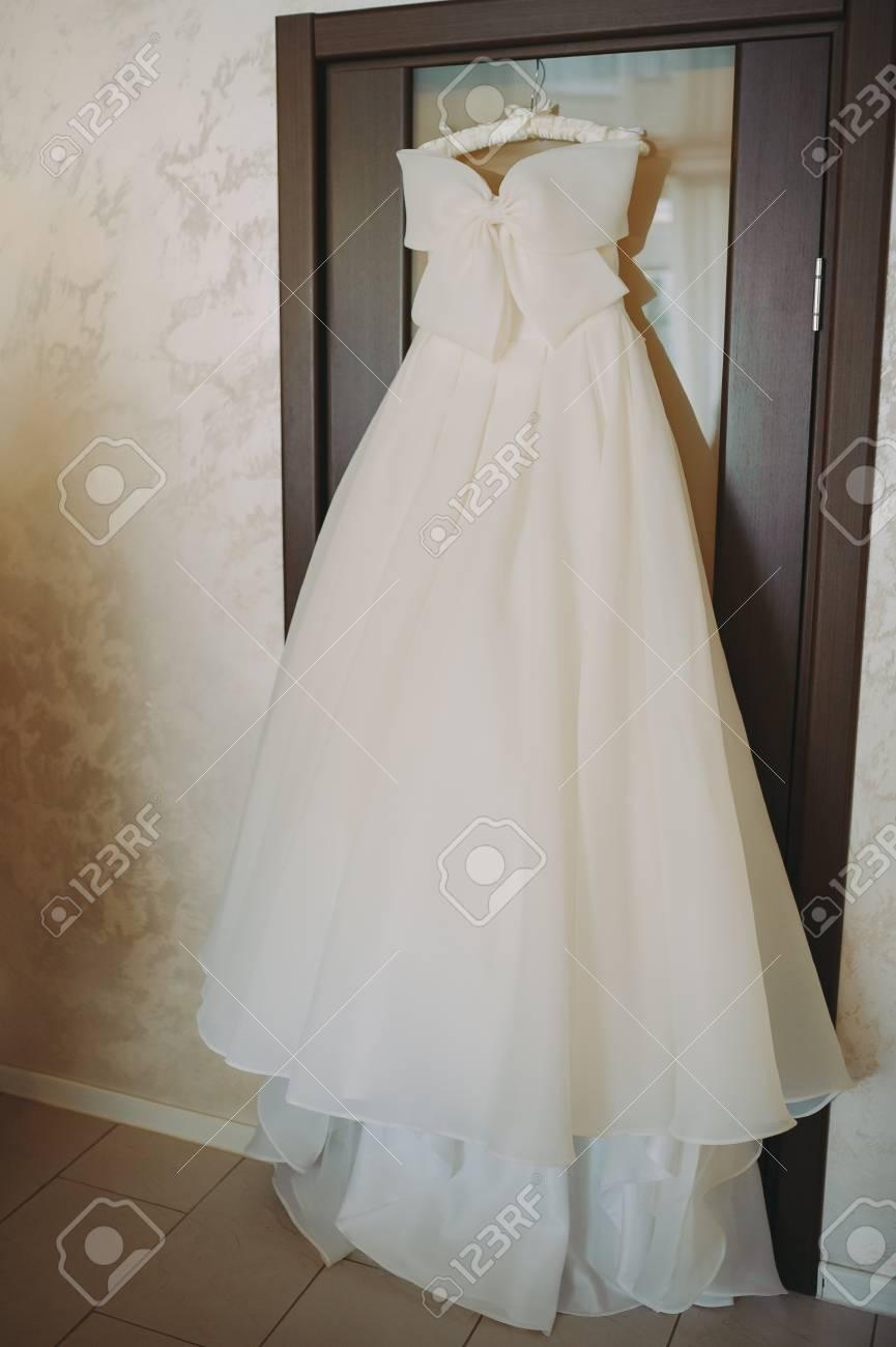 Hermoso Vestido De Novia Blanco En Accesorios De Boda Ceñido