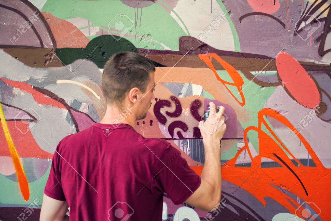 Graffiti on a fence. - 88298286