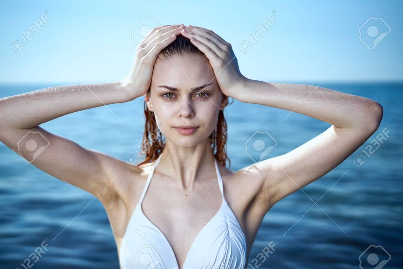 https://previews.123rf.com/images/dmitryag/dmitryag1708/dmitryag170800775/83568534-la-giovane-bella-donna-in-un-costume-da-bagno-si-bagna-nel-mare.jpg