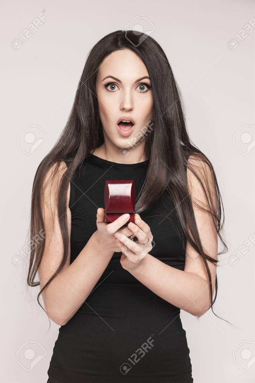 Berraschte Schone Frau Schmuck Box Halt Mit Einem Verlobungsring In