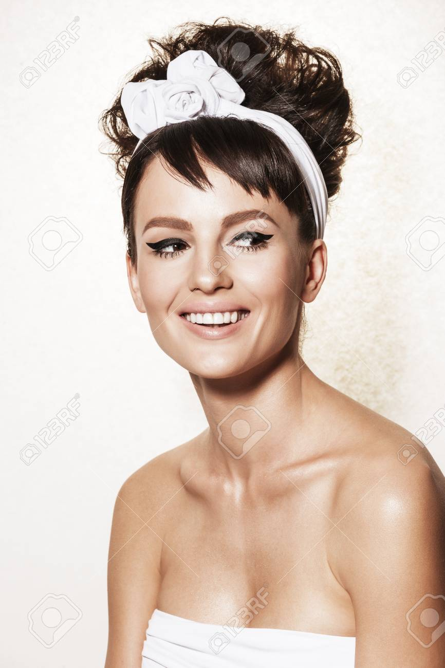 Belle Femme Brune Avec Une Coiffure Retro Et Maquillage Modele De