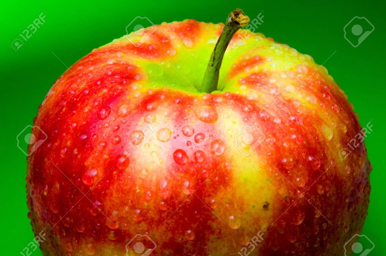 Gocce Dacqua Su Un Primo Piano Apple Su Uno Sfondo Verde Sfumato