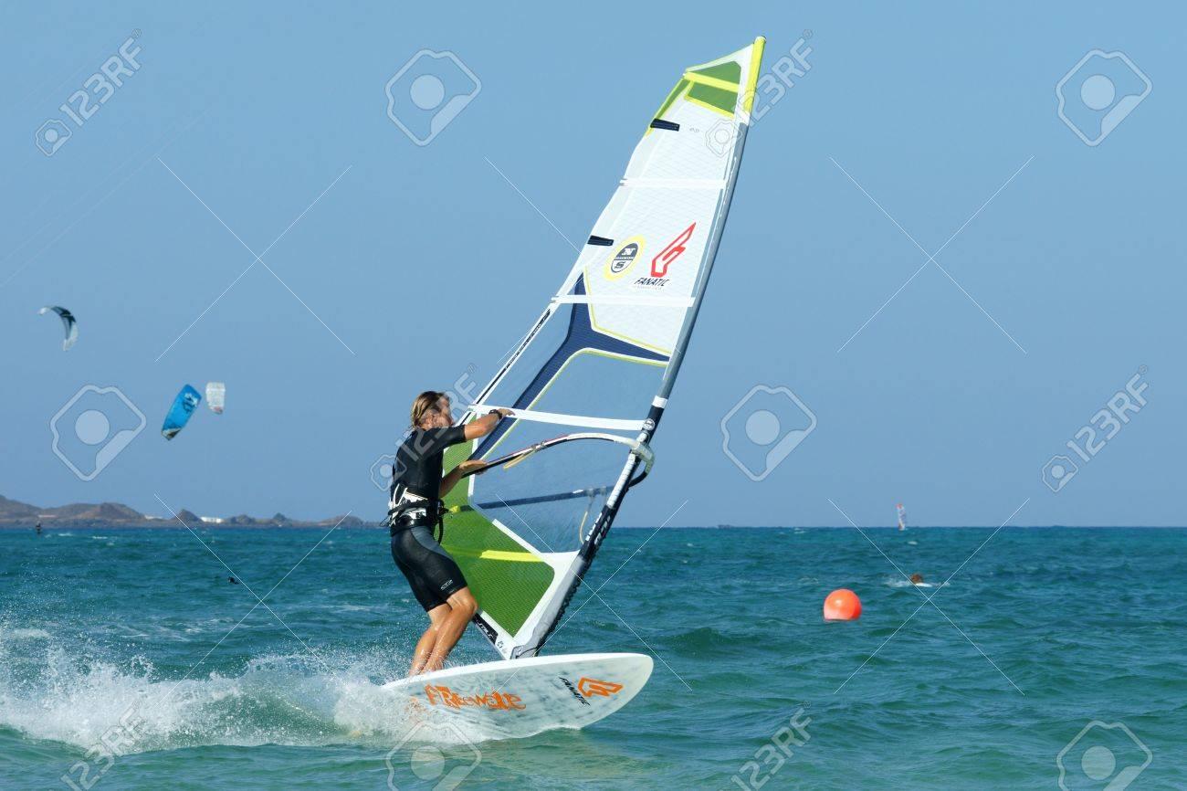 Planche A Voile Sur L Eau Plate Pouvoir Empanner Element Banque D Images Et Photos Libres De Droits Image 15877147