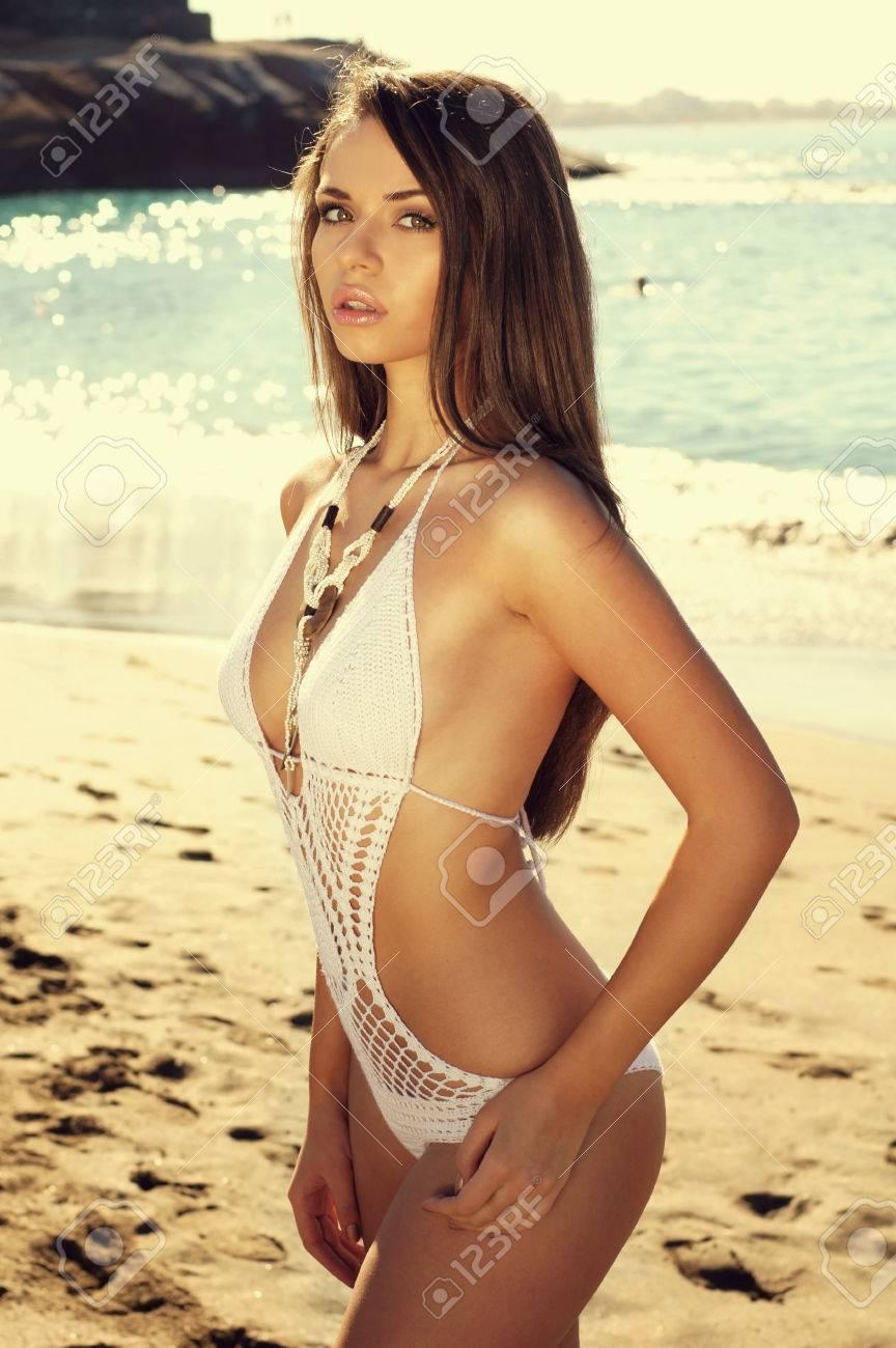 Fille Sexy En Maillot belle jeune fille sexy en maillot de bain blanc posant à la plage et