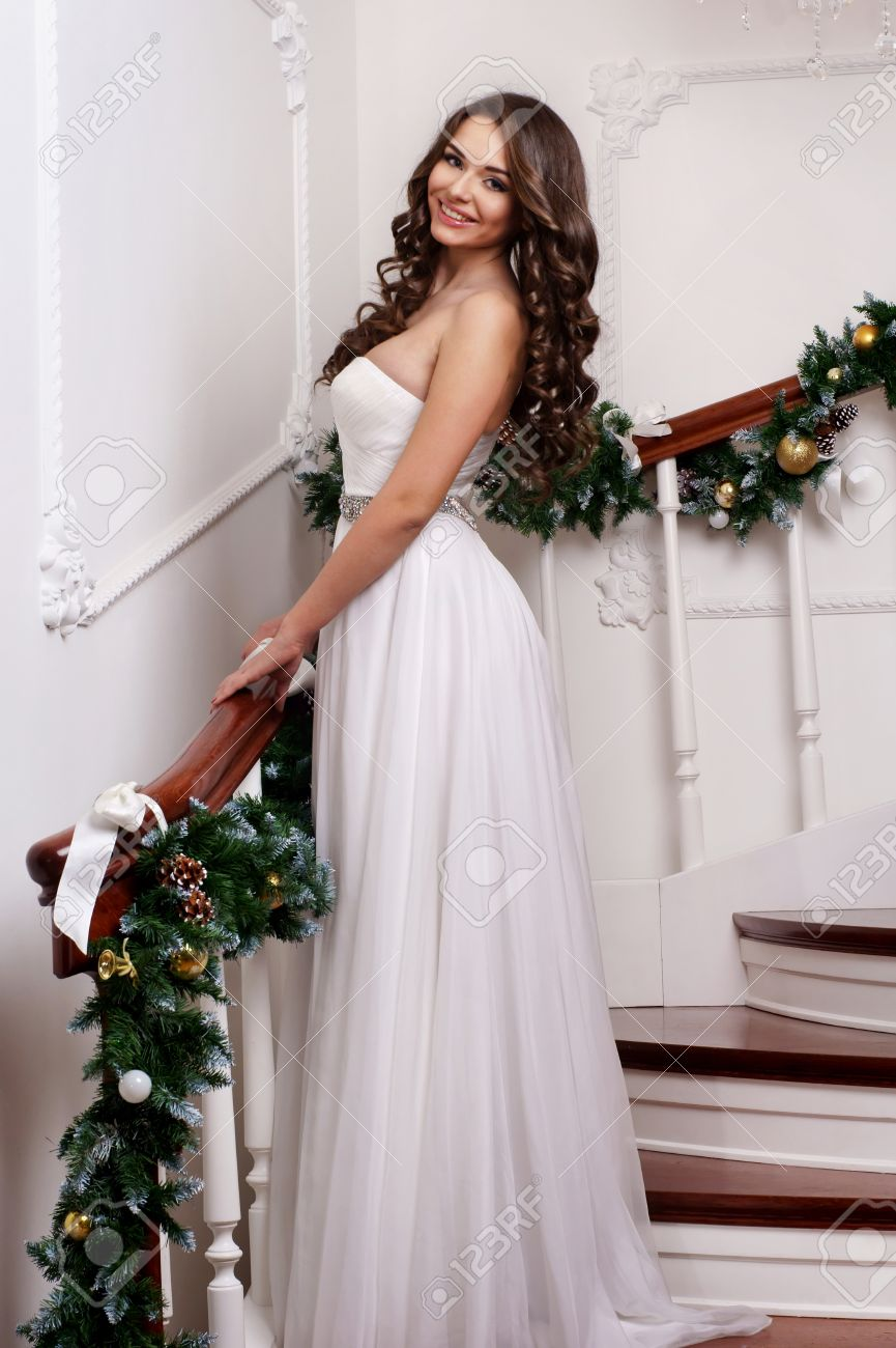 Junge Schöne Frau Trägt Langen Weißen Kleid Posiert Auf Weihnachten ...