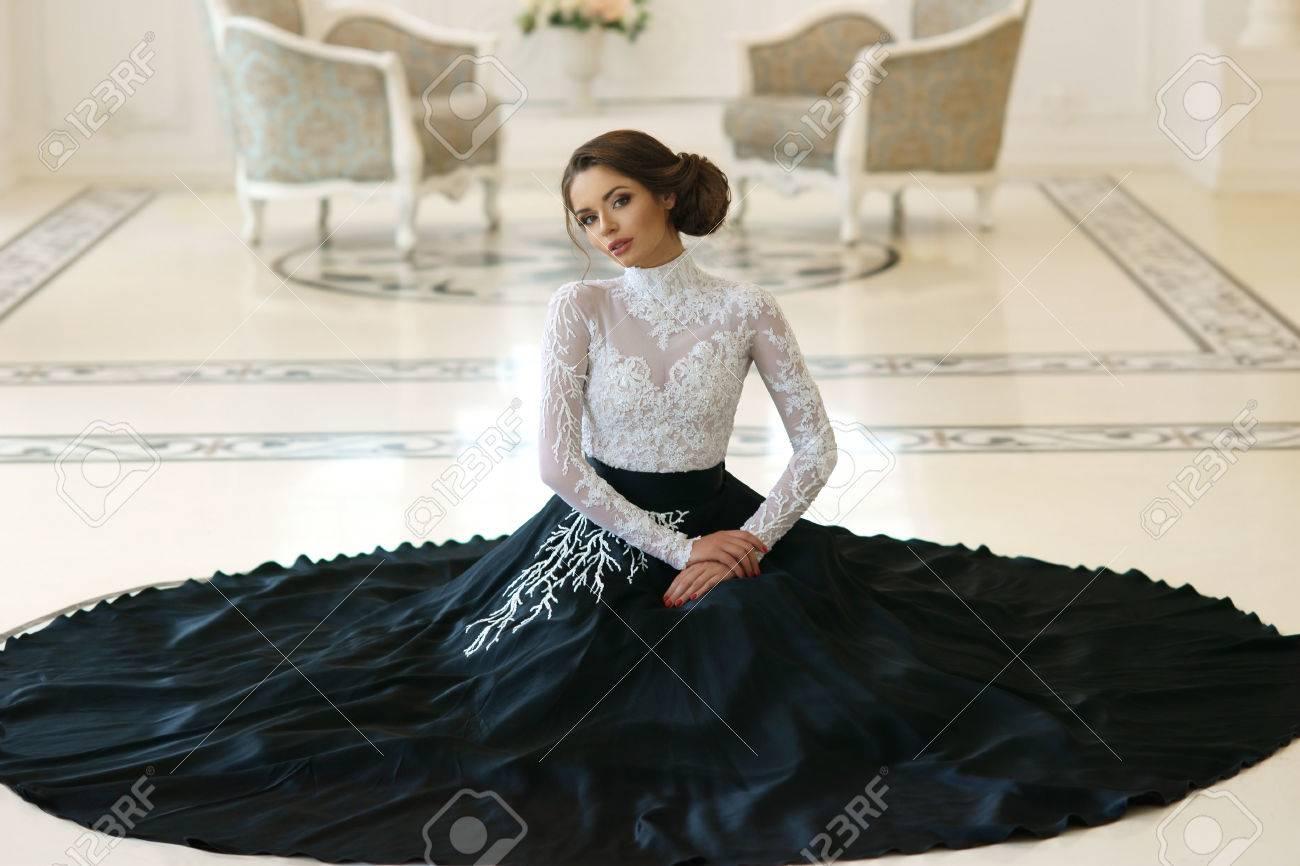 Schöne Elegante Mädchen In Teuren Abendkleid Auf Dem Boden Weißen ...