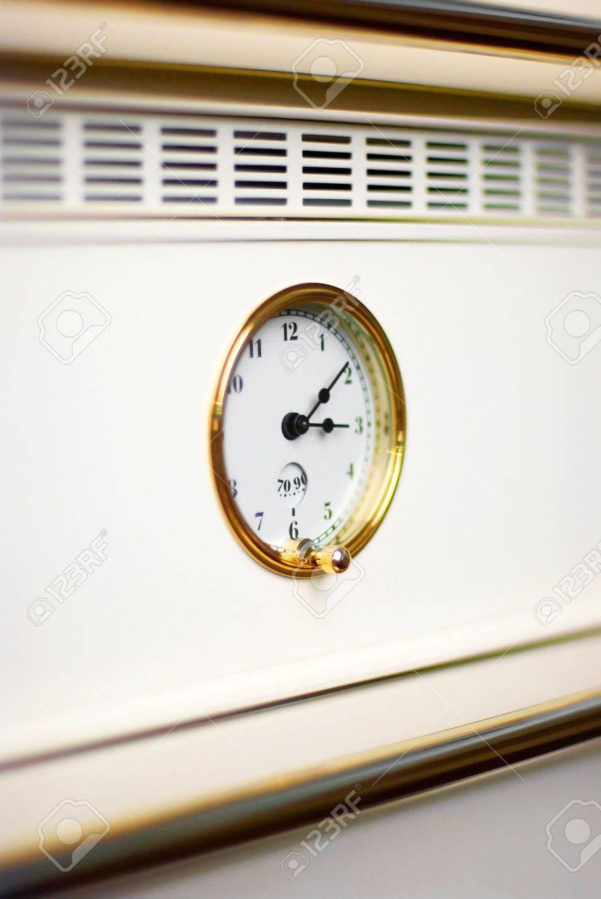 Oven klok in moderne witte luxe keuken royalty vrije foto ...