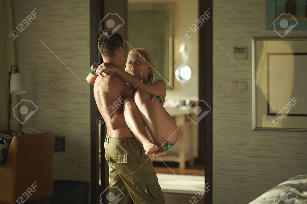 bel giovane uomo che porta la ragazza dalla piscina alla camera da ... - Sesso In Camera Da Letto