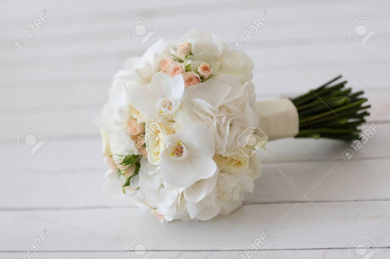 Hochzeitsstrauss Aus Weissen Orchideen Lizenzfreie Fotos Bilder Und