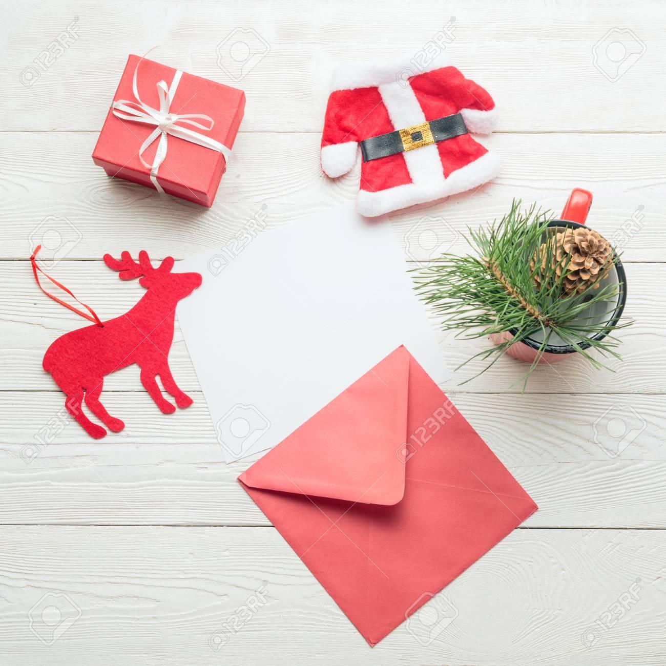 Concept De Message De Noël Carte De Papier Vierge Blanche Avec Enveloppe Boîte De Cadeau Costume De Jouet De Santa Jouet De Cerf Tasse Avec Décor