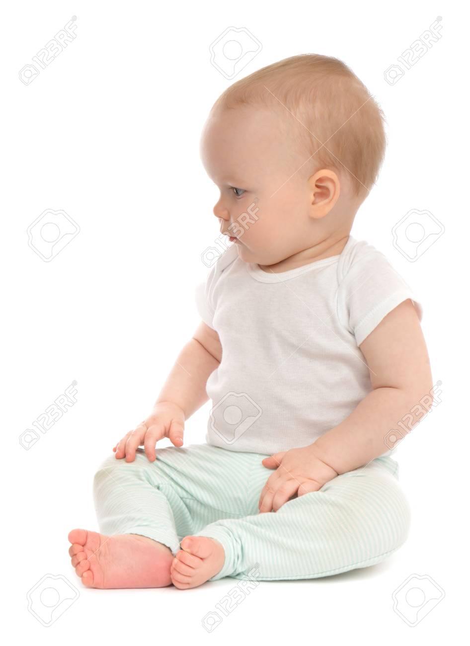 c4815b667d663 Bébé enfant en bas âge assis sourire heureux sur un fond blanc Banque  d'images