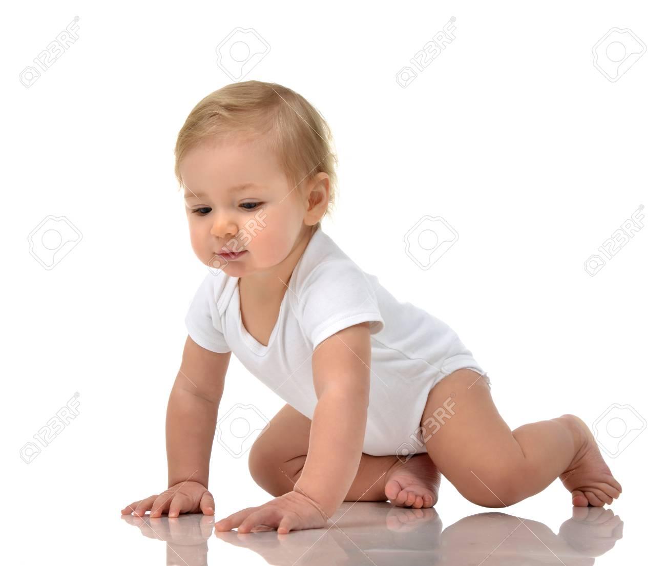 03f465d756543 Infant enfant bébé enfant en bas âge ramper heureux isolé sur un fond blanc  Banque d