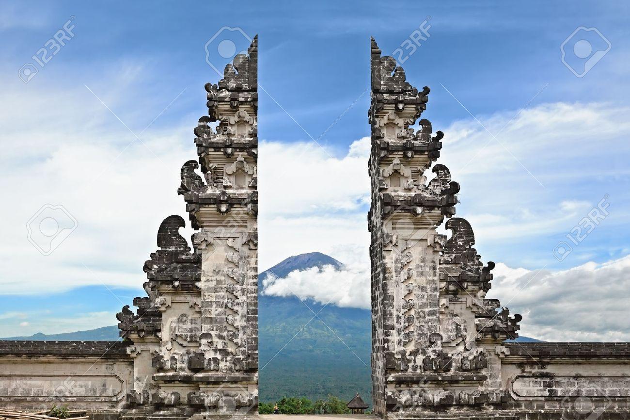 Pintu Bintar アグン マウント背景 バリ島のシンボルに伝統的な寺院