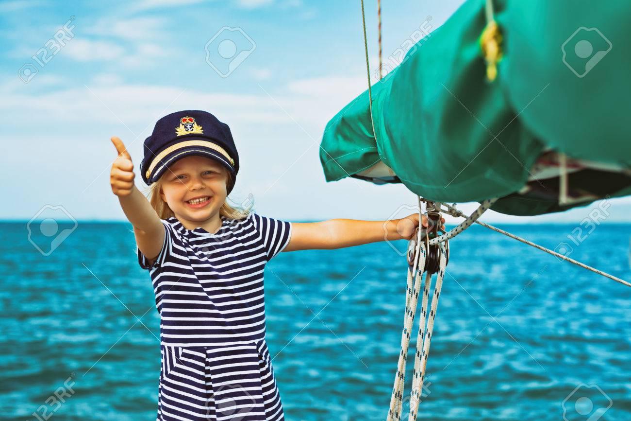 Style Vintage. Petit Bébé Heureux Capitaine à Bord De Voilier En Regardant  La Mer Sur La Croisière D\u0027été. Voyage Aventure, Char à Voile Avec Un Enfant  En