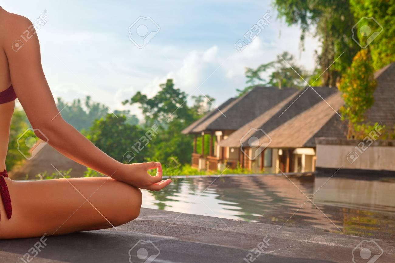 Bonjour Le Yoga Médite Sur Le Fond Du Lever Du Soleil Femme Active En Bikini Pratiquant La Piscine De La Piscine Pour Rester En Forme Et Santé