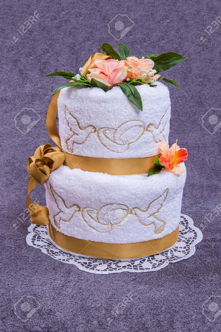 Serviette Cadeau De Gateau De Mariage Etait Fait Maison A Partir De Deux Serviettes Et Un Fleurs Sur Fond De Couleur Grise Pour La Fin Un Cadeau Ou Comme Une Belle Decoration