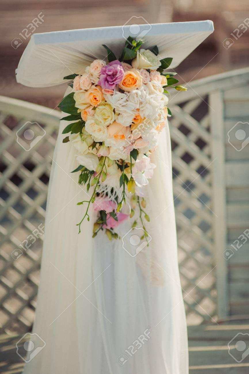 Décoration Florale De Mariage Originale Sous Forme De Mini Vases Et De Bouquets De Fleurs Suspendus Au Plafond