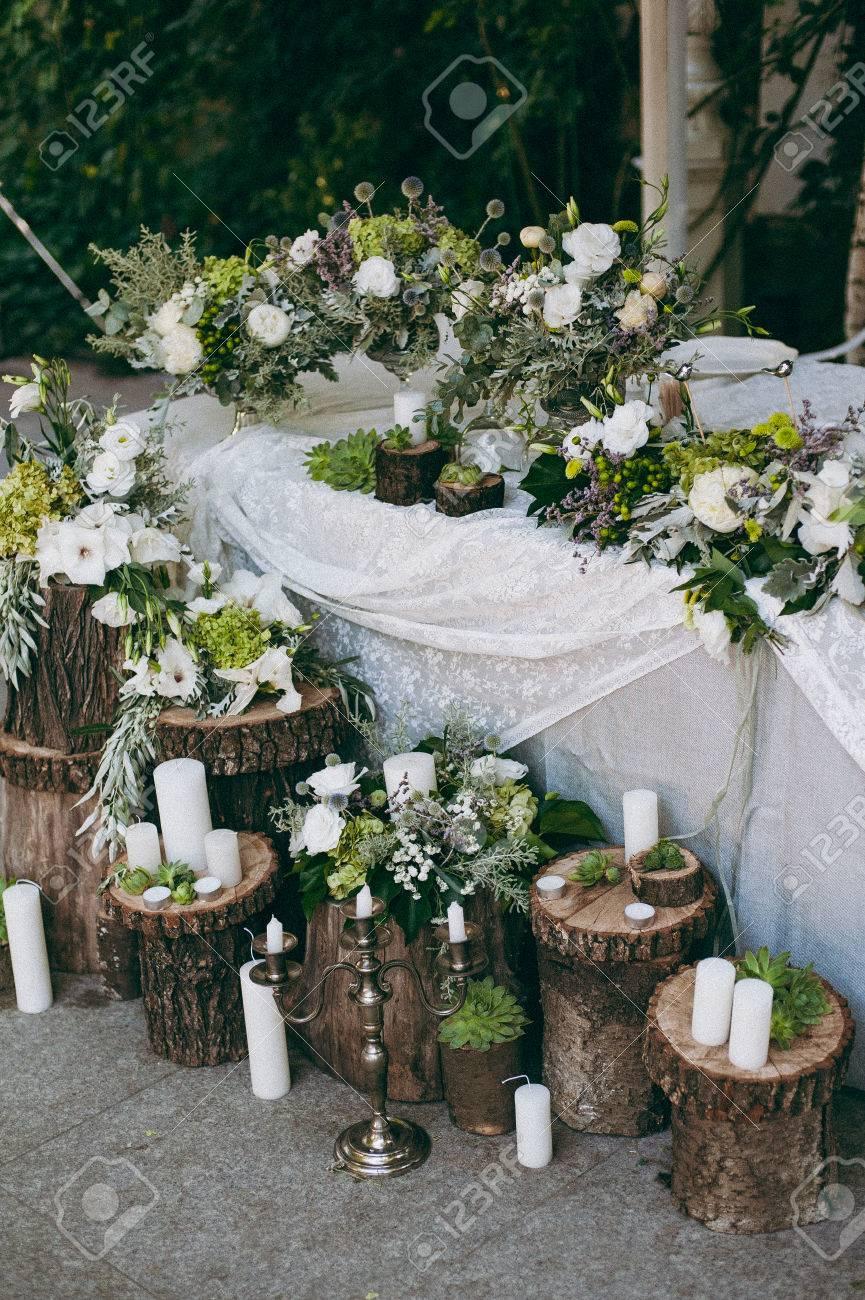 decoración floral original de la boda en forma de mini-jarrones y