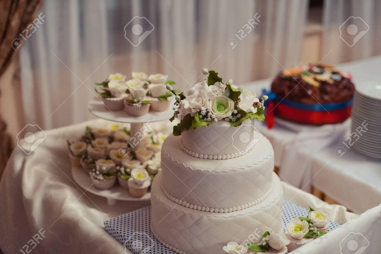 Eitelkeit Hochzeitstorte Bilder Dekoration Von Schöne Weiße Und Farbige Hochzeitstorte. Eine Braut