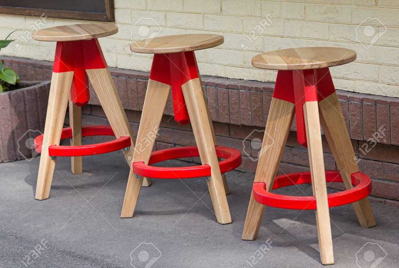 Tre sgabello in legno in un moderno street style caffè. scenario