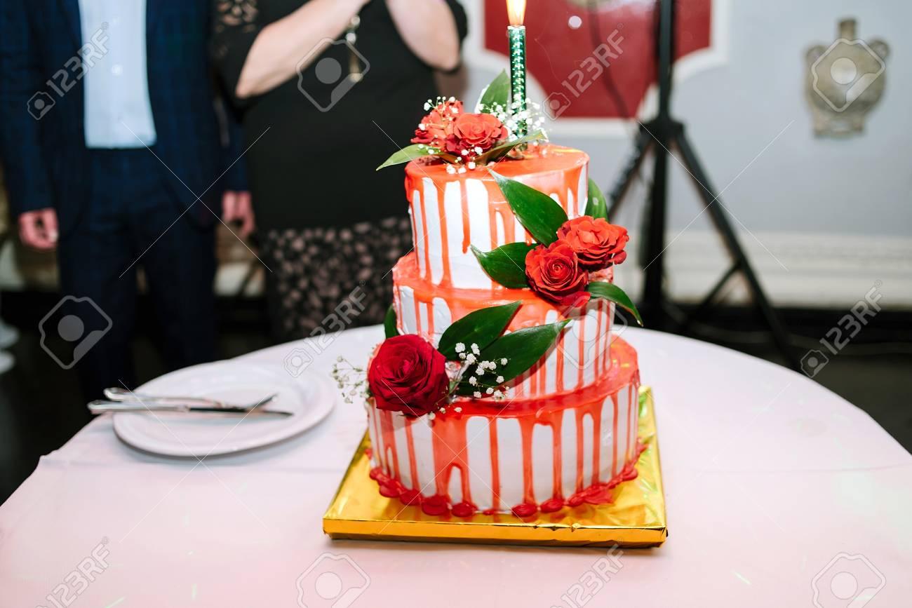 Weisse Hochzeit Dreistufiger Kuchen Mit Roter Glasur Und Rosen