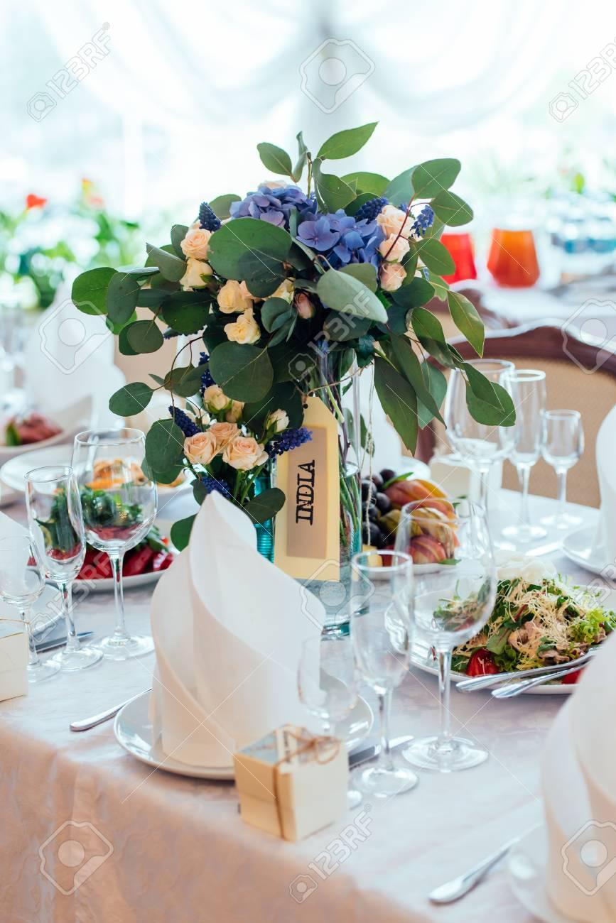 Beau Bouquet De Mariage De Roses Creme De Fleurs Bleues Et D Eucalyptus Sur La Table Du Diner Reglage De La Table Lors D Une Reception De Mariage De